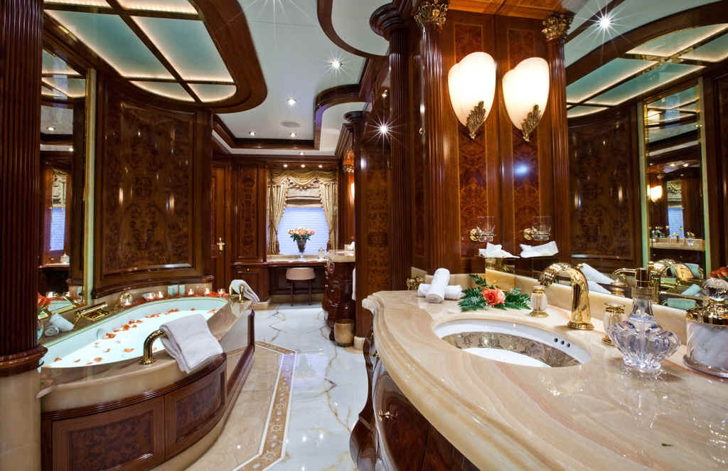 Yacht Martha Ann Bathroom
